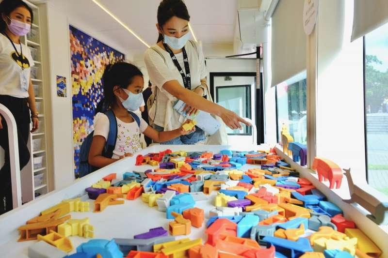 動物積木共可自由拼裝出七百多種造型,可訓練學童的想像力與創造力。(圖/新北市文化局提供)