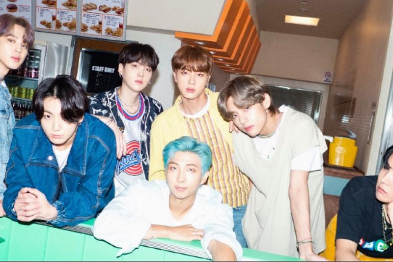 全球知名偶像團體BTS(防彈少年團)的母公司Big Hit在韓國證券交易所掛牌上市,市值最高達93億美元。(圖/BTS臉書粉絲團)