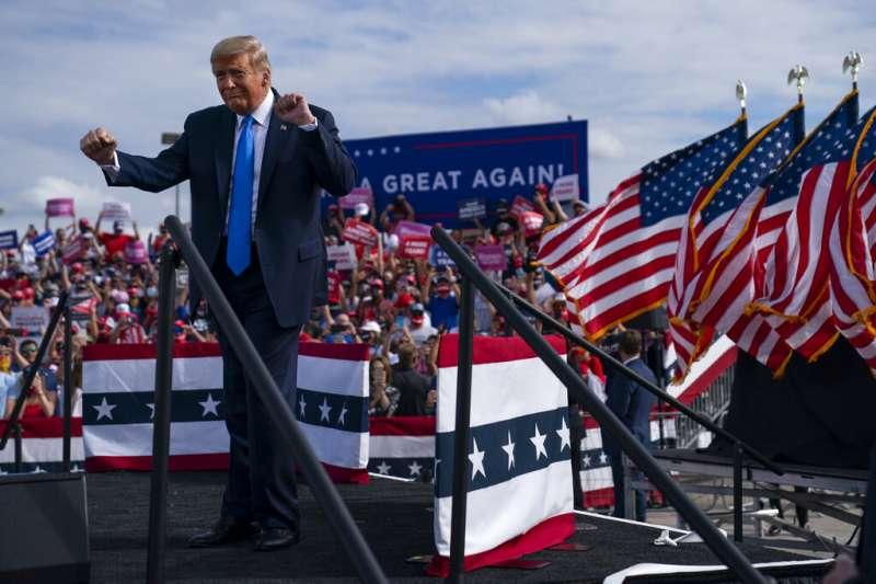 美國共和黨總統候選人川普在佛羅里達州與支持者互動。(美聯社)