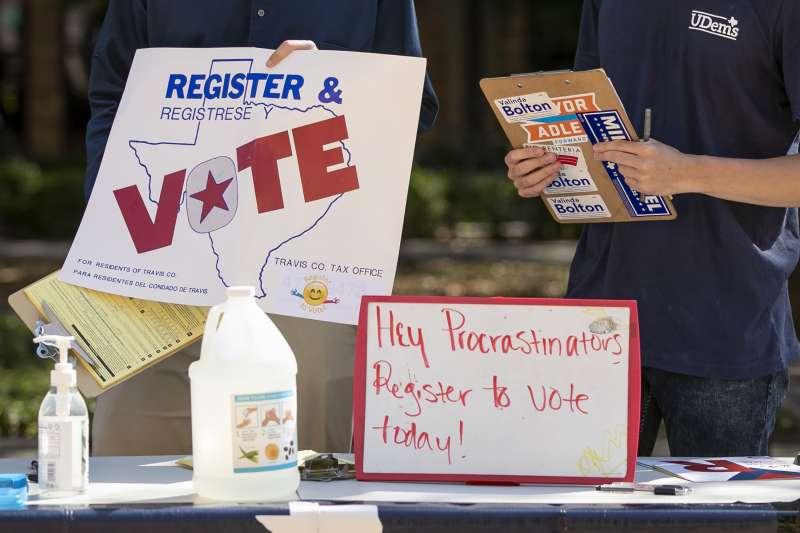 2020年10月5日德州大學奧斯汀分校的學生趕在期限內為美國大選登記投票(AP)