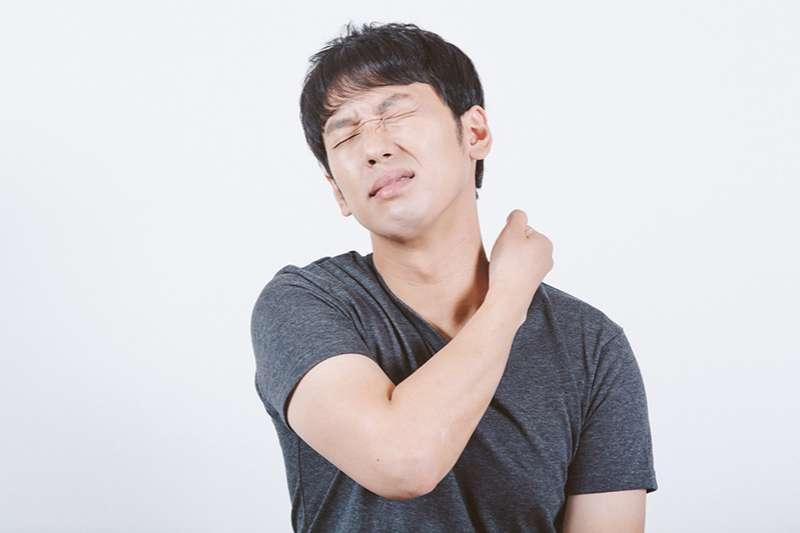 長期駝背容易腰酸背痛,這些不良姿勢要注意!(圖/取自Pakutaso)