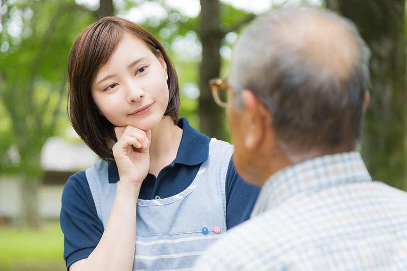 與人談話受負面情緒干擾時,試著將注意力放在「視覺」上,專注面部,就能自動將對方話語轉為靜音。(示意圖非本人/すしぱく@pakutaso)