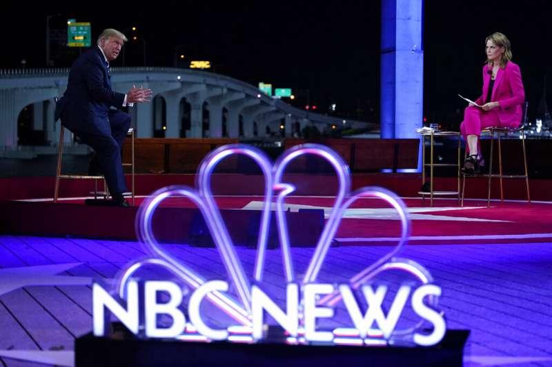 川普15日參加NBC主辦的鎮民大會,遭到主持人賈斯禮尖銳質疑。(美聯社)