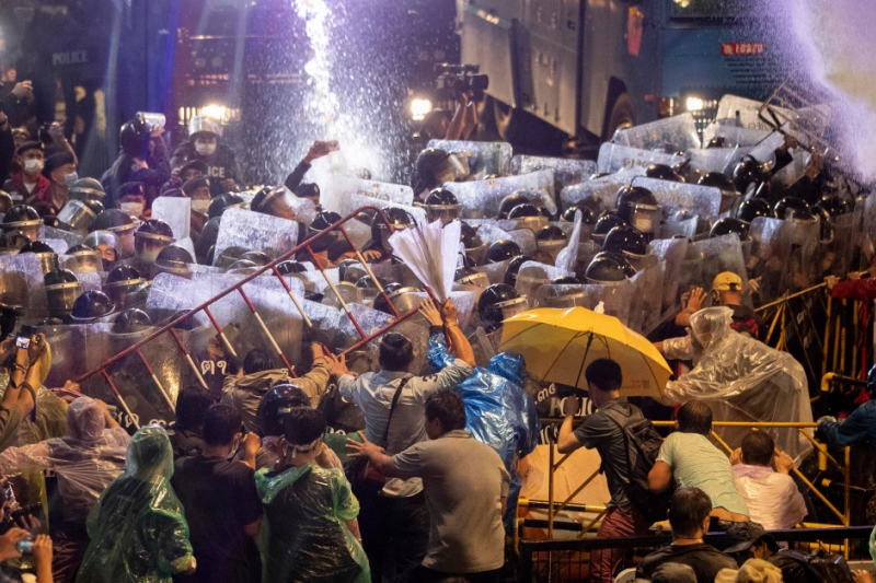 泰國曼谷數千人16日持續在市中心集會抗議,警方晚間發射水砲清場(美聯社)