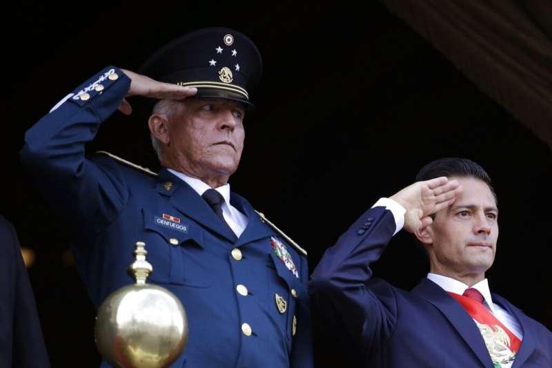 墨西哥前國防部長塞北達驚爆是毒品教父,圖為塞北達(左)2016年與時任總統潘尼亞涅托(右)。(AP)