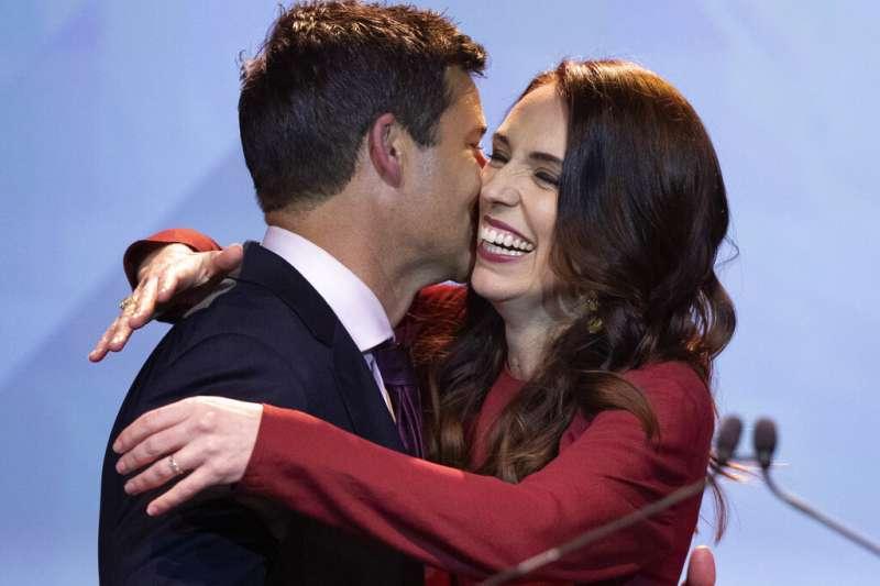 2020年10月17日,紐西蘭舉行國會選舉,總理雅頓(Jacinda Ardern)獲得壓倒性勝利,與未婚夫蓋福德(Clarke Gayford)高興相擁。(AP)
