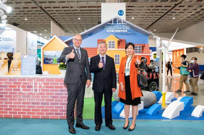 行政院副院長沈榮津(中)表示,在台灣與歐洲具有經驗的開發商、系統商、設備商合作下,離岸風電已見初步成果,未來2年內還會有新的示範風場,樂見外資投資台灣,共創雙贏。(CIP 提供)