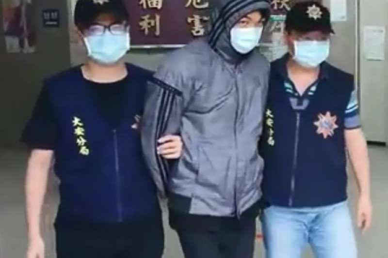 北市餐廳《保護傘》16日遭人潑灑排泄物,警方逮捕涉案的莫姓犯嫌(中)。(台北市警察局提供)