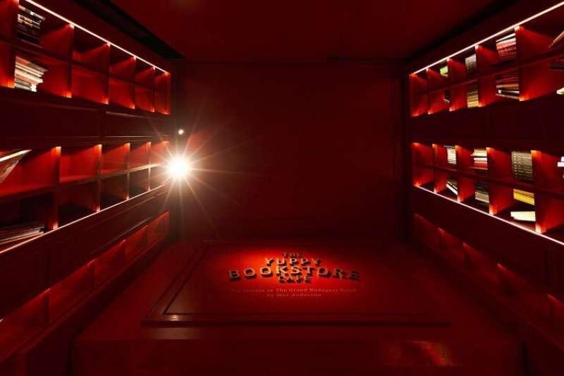 「雅痞書店」正紅色牆漆與埋藏於高櫃中燈光,共譜出魔幻紅毯,準備帶你展開一段電影與文學之感官體驗。(圖/江瑜倩提供)