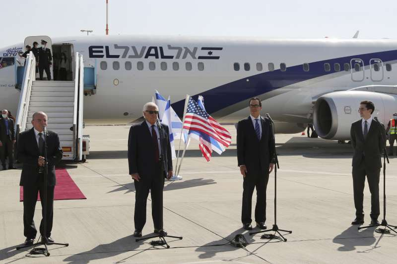 以色列與巴林準備建交,由左至右分別是以色列國安顧問本沙巴特、美國駐以色列大使費德曼、美國財長馬努欽與白宮國際談判特別代表布科維茨(AP)