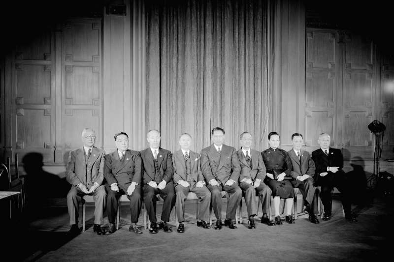 1945年6月26日,前往舊金山簽署《聯合國憲章》的九名中華民國代表合影留念,由左到右分別為施肇基、胡霖、董必武、顧維鈞、宋子文、王寵惠、吳貽芳、李璜與張君勱。(照片來源:聯合國官方網站,許劍虹提供)