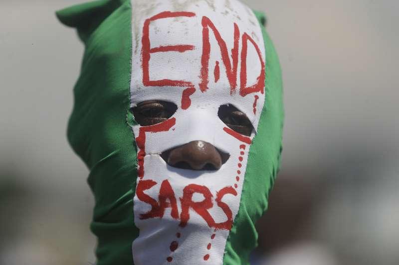 2020年10月,奈及利亞大批民眾走上街頭,抗議「反搶劫特勤隊」(SARS)的警察暴力(AP)