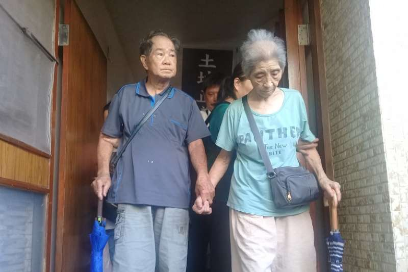 南鐵最後不同意戶遭半夜強拆,兩位近90歲的老人含淚牽手離家。(朱淑娟攝)