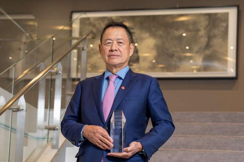 《The Asian Banker》評選臺灣唯一雙料冠軍,中國信託銀行榮獲臺灣最佳管理銀行、臺灣最佳CEO大獎,由中國信託銀行董事長利明献代表領獎。(中國信託銀行提供)