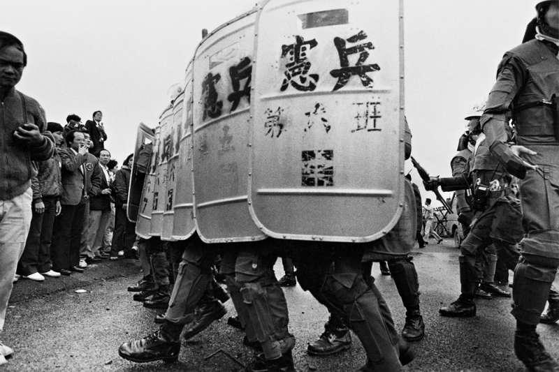 對當今台灣年輕人而言,「戒嚴」一語或許只是課本上的詞彙、「國家暴力」是偶發事件,對他來說,卻是活生生見證「暴力」坐落在一個人身上是怎麼回事...(圖為1987年民眾聲援蔡許台獨案遭軍警攻擊場景,宋隆泉攝影)