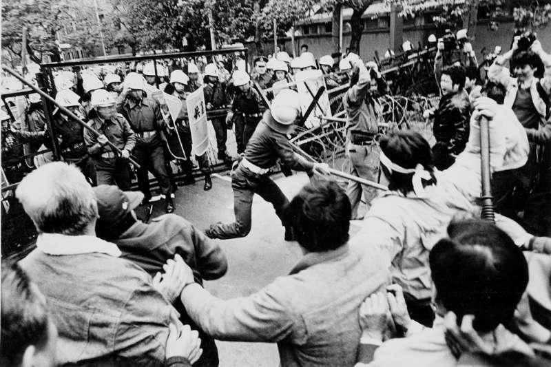 為了將一份份政府不敢報的新聞送到人民手中,30年前的他一次次賭上性命送貨,也見證台灣從不能自由說話的年代、一路走到民主...(圖為1987年蔡許台獨案聲援民眾遭軍警攻擊狀況,前《自由時代》記者宋隆泉攝影)