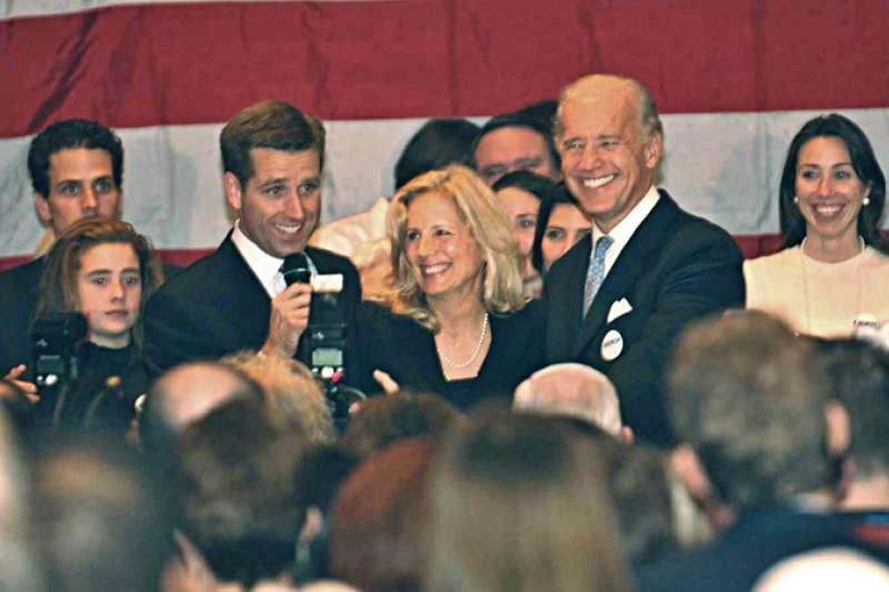 2006年,拜登(右3)的長子波伊(Beau,左3)當選德拉瓦州檢察長,左1為拜登次子杭特(Hunter)(Wikipedia / Public Domain)