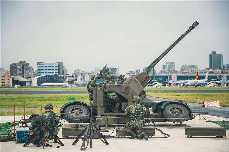 駐防松山機場的防砲部隊日前執行緊急防空測考,官兵操作35快砲模擬接戰。(取自青年日報)