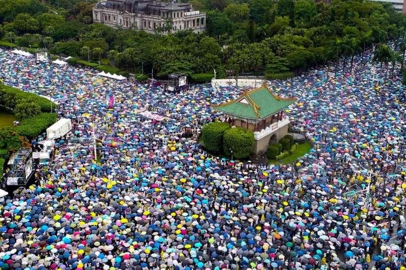 館長陳之漢在臉書秀出去年反紅媒大遊行的照片,引起眾多網友按讚。(取自飆捍臉書)