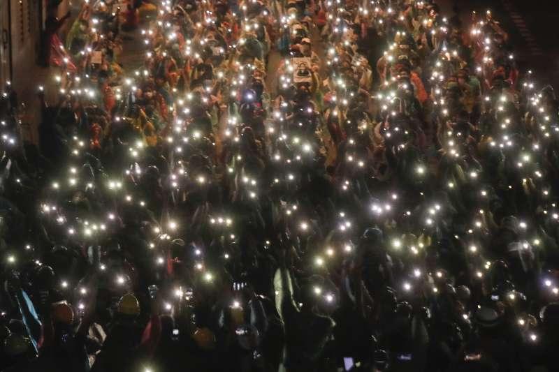 10月18日晚間,泰國示威者在曼谷勝利紀念碑聚集(美聯社)