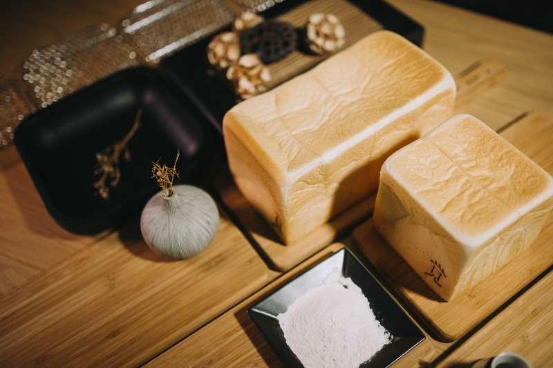1條兩斤的一覺生吐司,無論手撕或用刀切,都能感受到吐司的溫潤,吃來質地綿密、香甜味十足。(圖/一覚)