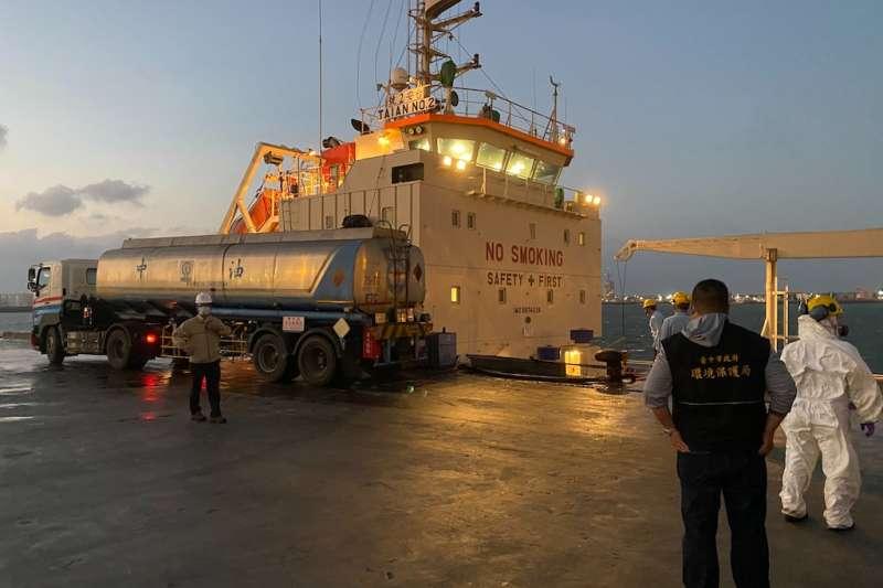 台安2號加油船右船尾破裂,少量燃油外漏污染海面,中市府採集水樣持續監控。(圖/台中市政府提供)