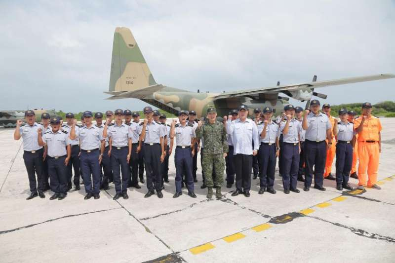 國防部副總長李廷盛中將20日搭乘空軍C-130運輸機前往東沙慰勉官兵辛勞。(取自軍聞社)