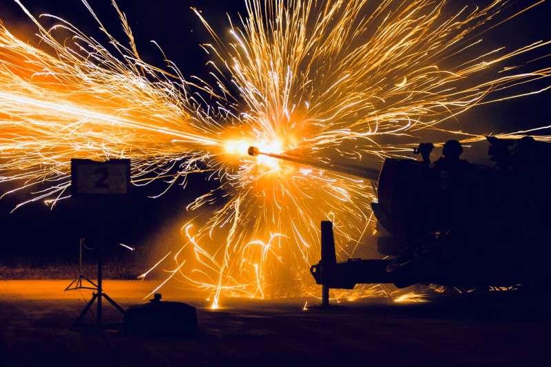 20201020-35快砲實施日夜間射擊,由於測考地點位於屏東枋山,黑夜中快砲擊發所產生的明亮火光,被戲稱「屏東花火節」,場面震撼。(取自軍聞社)