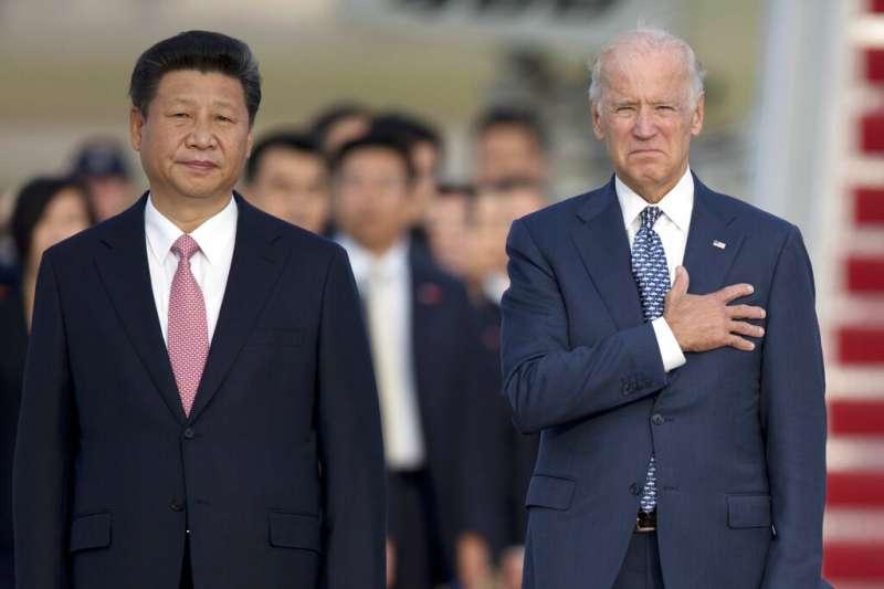 圖為2015年9月24日,中國國家主席習近平與時任美國副總統的拜登,在馬里蘭州安德魯斯空軍基地的抵達儀式上合影。(美聯社)