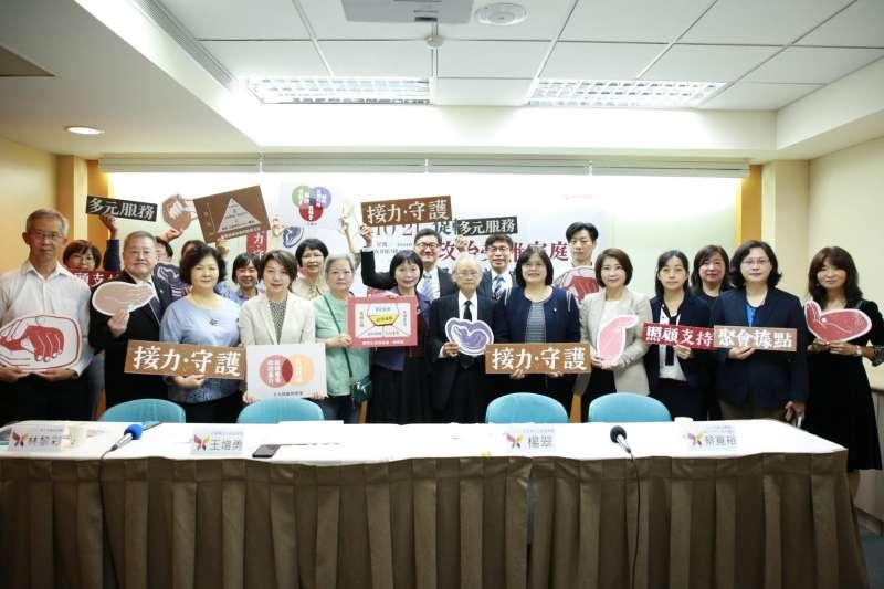 促轉會21日舉行記者會,宣布「政治受難家庭照顧服務」正式上路。(取自促轉會臉書)
