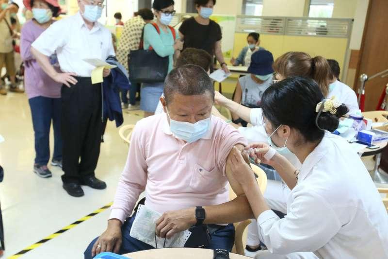 公費流感疫苗掀起搶打風潮,衛福部緊急宣布50到64歲健康成人暫緩接種。(柯承惠攝)