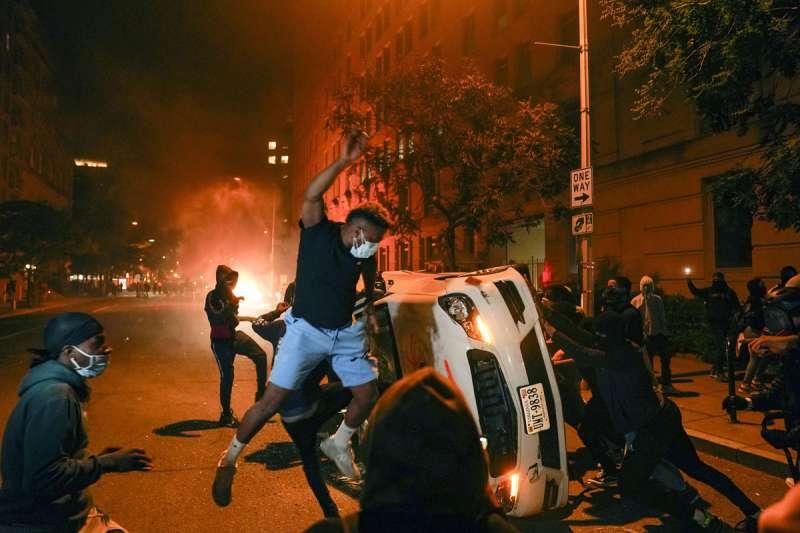 佛洛伊德之死引發美國境內黑人廣大的示威抗議。(美聯社)