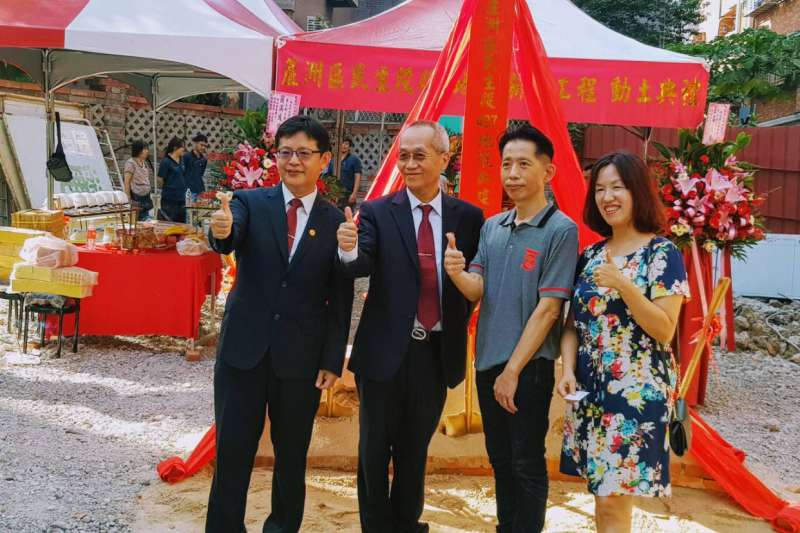 平台媒合之中華建經公司、華南銀行到場與水湳街重建住戶代表參加動土儀式合影。(華南銀行提供)