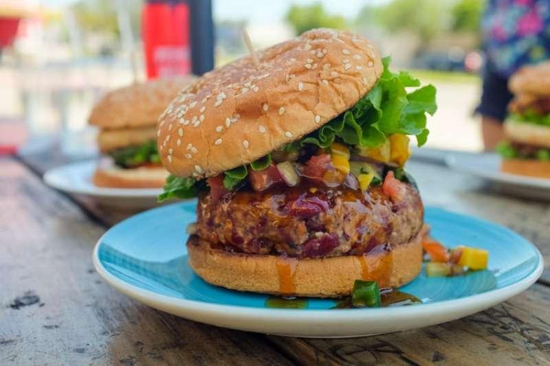 植物肉或是素肉並不是真的肉,而是經過加工製成的人造肉,這樣看似健康的加工食物,對於身體有哪些影響呢?(示意圖/取自Unsplash)