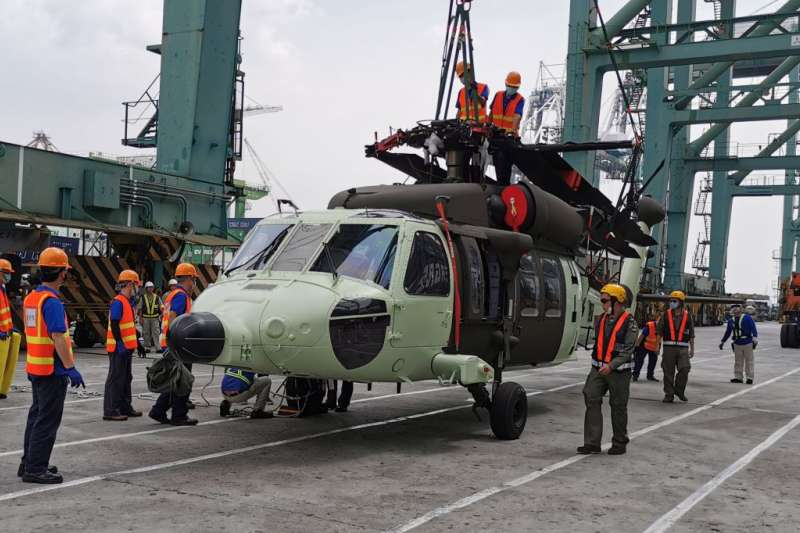 我國向美採購60架UH-60M黑鷹直升機,最後6架在本月運抵高雄港,此批新黑鷹搭載紅外線熱顯像儀(FLIR)、氣象雷達等6項裝置(設備),可說國內綜合性能最佳的黑鷹,目前由空勤總隊操作。(空勤總隊提供)