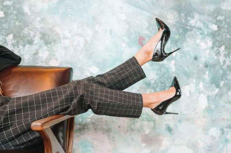 穿高跟鞋真的是女性的專利嗎?(圖/取自amandavickcreative@Unsplash)