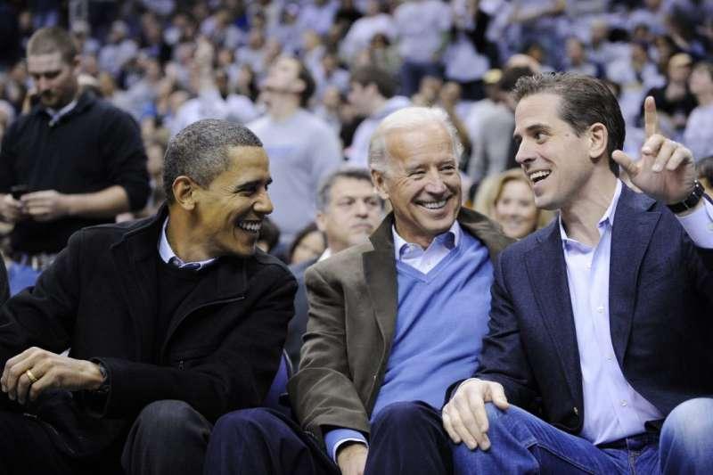 歐巴馬(左)政府的高官明知拜登(中)之子杭特(右)的行為,卻為其護航。(美聯社)