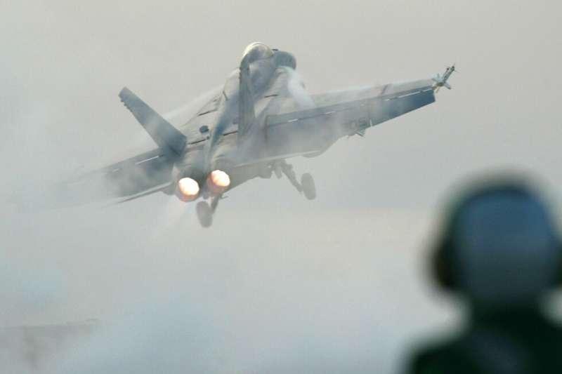 美國海軍潛艦前指揮官蘇加特建議,美軍應儘速部署更多反艦飛彈,瞄準進犯台灣的解放軍。圖為F/A-18E/F戰鬥機。(資料照,美聯社)