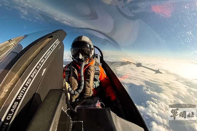 F-16發射響尾蛇飛彈畫面。(軍聞社提供)