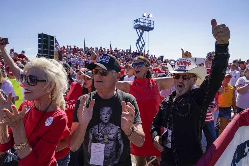 2020年10月19日總統川普在亞利桑那州(Arizona)的普雷斯特科機場 (Prescott Regional Airport)舉行競選活動,圖為在場的熱情支持(AP)
