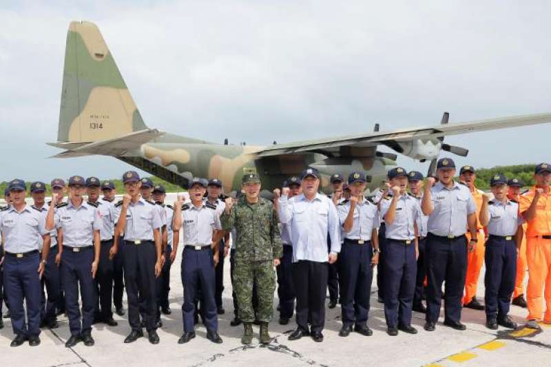 國防部副參謀總長李廷盛中將日前搭乘C-130運輸機赴東沙慰勉官兵,卻引發討論。(取自軍聞社)