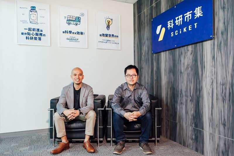 台大七年級生許哲溥(左)和廖學中(右)創辦科研市集,三年破億元年營收。(圖/科研市集)