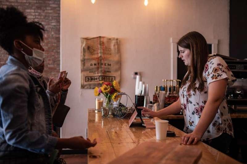 堪薩斯州哈維蘭,史耐德在她的小店萊拉麵包咖啡屋裡為顧客點單。她的店鋪於9月12日開張。 (SHANE BROWN FOR THE WALL STREET JOURNAL)