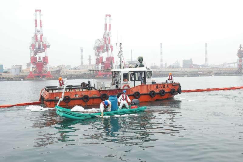 高雄市政府海洋局為強化海洋油污染緊急應變處置,舉辦海洋油污染及防恐緊急應變演習。(圖/高雄市政府海洋局提供)