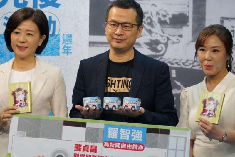 國民黨台北市議員羅智強(中)表示,將加開「小強公車」,並行經行政院,為新聞自由請命。(取自羅智強臉書)