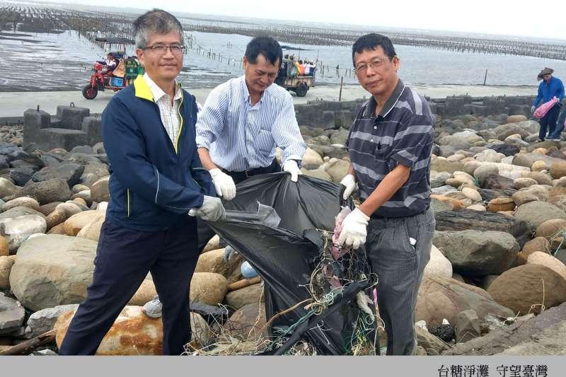 台糖副總經理陳立人(左)率領120名主管及員工,前往彰化芳苑王功海岸線淨灘,並宣達愛護海洋、環境永續的理念,共同守望臺灣。(圖/台糖提供)