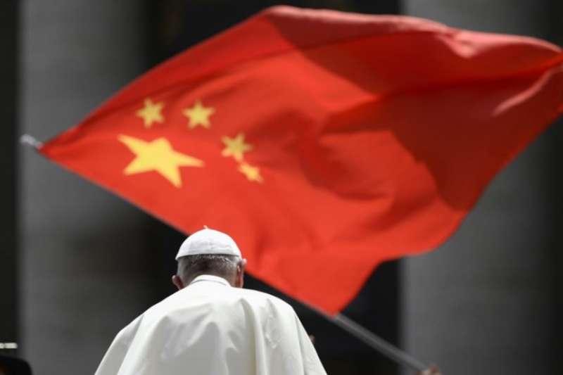 當教宗方濟各在梵蒂岡聖彼得廣場結束對信眾的每週講話離開時,一人向他展示中國國旗。(美國之音)