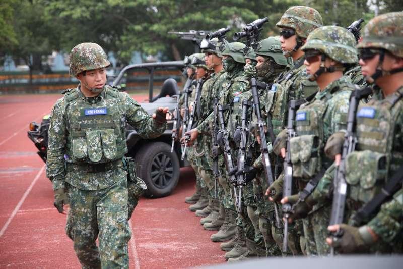 陸軍「戰術任務行軍」近日展開,特戰分遣隊隊長(左)胸前名條透露分遣隊番號為311。(取自中華民國陸軍臉書)