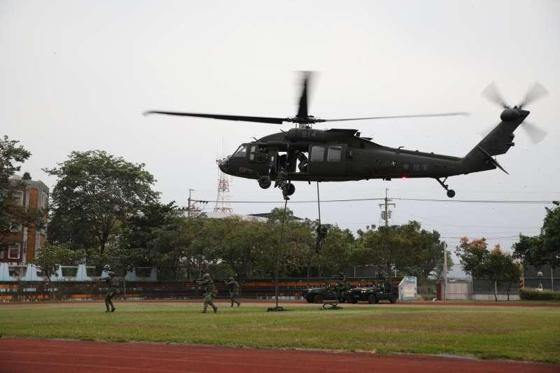 20201023-陸軍「戰術任務行軍」近日展開,黑鷹直升機實施快速繩降。(取自中華民國陸軍臉書)