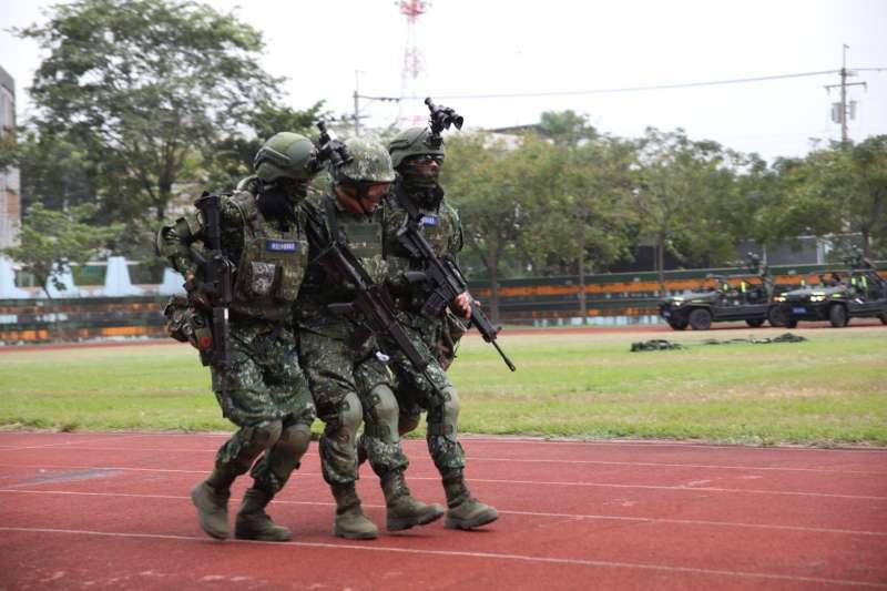20201023-陸軍「戰術任務行軍」近日展開,攙扶弟兄的2員頭盔上裝有夜視鏡。(取自中華民國陸軍臉書)